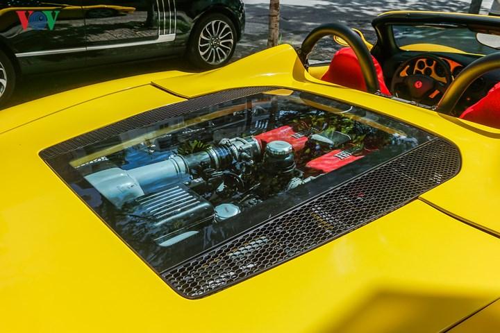 Ferrari 360 Spider sử dụng động cơ V8 hút khí tự nhiên dung tích 8 3.6 lít, sản sinh công suất 400 mã lực.
