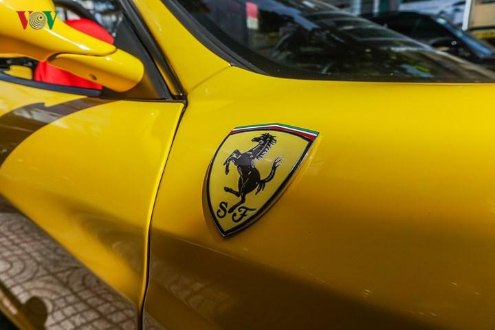 Được biết, xe đã được sửa sang gần như toàn bộ khi về tay đại gia Sài Gòn, trong đó, màu sơn đỏ đã được sơn lại thành vàng.