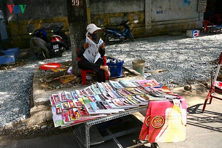 Vừa bán báo vừa đọc báo.