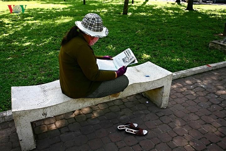 Vào công viên chơi và ngồi đọc báo.
