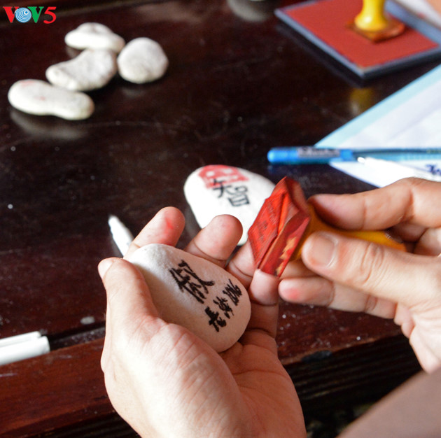 Các đại biểu khi ra thăm Trường Sa thường vào chùa xin viên đá nhỏ có đóng dấu nhà chùa về làm kỷ niệm.