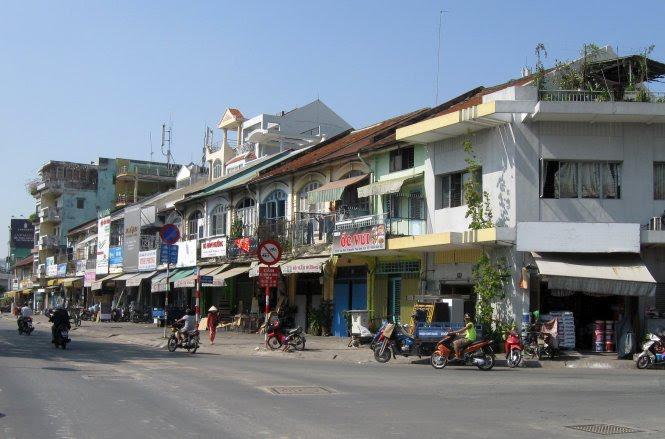 Một dãy nhà thuộc dòng họ Hui Bon Hoa xây dựng ở góc đường Võ Văn Kiệt - Phó Đức Chính (Q.1, TP.HCM) hiện vẫn còn nhiều nhà khá nguyên vẹn - Ảnh: HỒ TƯỜNG