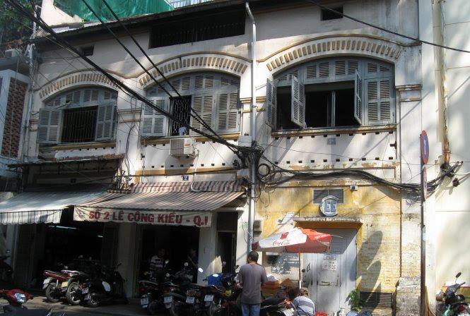 Một dãy nhà thuộc dòng họ Hui Bon Hoa xây dựng ở góc đường Lê Công Kiều - Nguyễn Thái Bình (Q.1, TP.HCM) hiện vẫn còn nhiều nhà khá nguyên vẹn - Ảnh: HỒ TƯỜNG