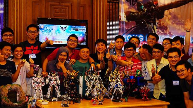 Anh Khoa (ở giữa) chụp hình lưu niệm cùng những người bạn trong hội robot Việt Nam. Ảnh: FBNV.