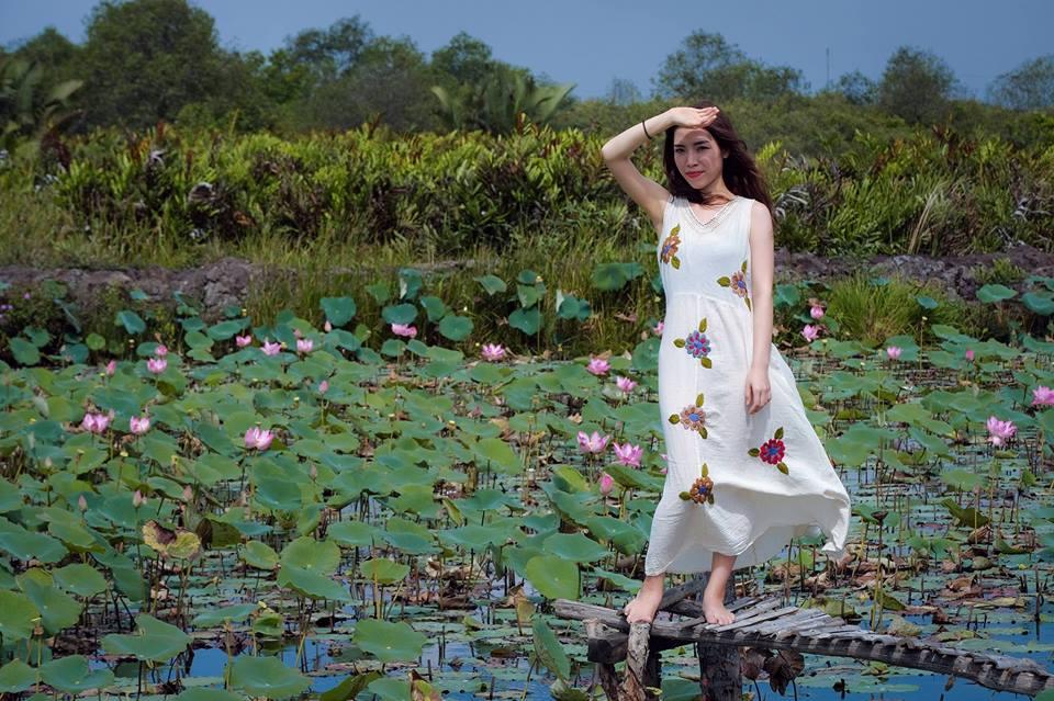 Đầm sen trở thành nơi lý tưởng cho nhiều bạn trẻ Sài thành tìm đến chụp hình.