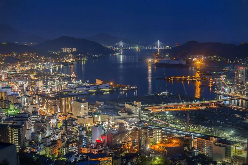"""5. Nagasaki (Nhật Bản): Được biết đến là thành phố hứng chịu bom nguyên tử bi thảm nhất thế giới, hiện không gian công viên Hòa Bình yên tĩnh ở đây là lời nguyện cầu sâu sắc cho việc giải trừ vũ khí hạt nhân. Ngoài ra, hấp dẫn du khách còn có cảng Nagasaki, vì đây từng chứng kiến """"sự gặp gỡ Đông - Tây"""" rất đặc biệt của nước Nhật. Ảnh: Jw-webmagazine.com."""