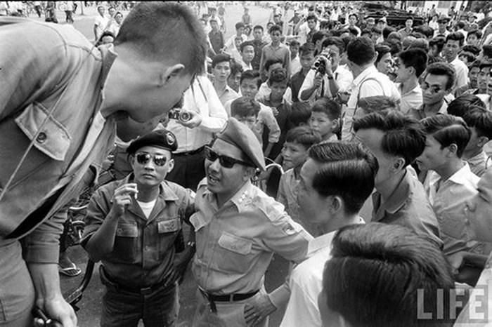Phạm Ngọc Thảo (đội mũ lồi, đeo kính râm đứng giữa) trong một cuộc đảo chính ở Sài Gòn trong năm 1965. Ảnh: Life.