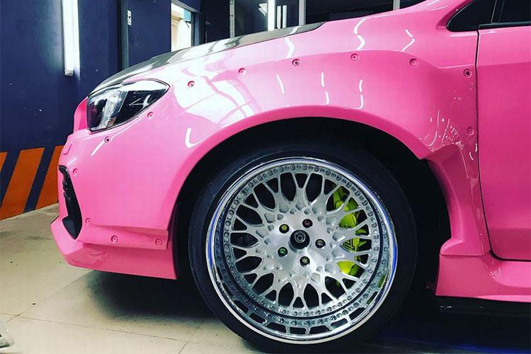 Ở hai bên thân xe, chiếc Subaru WRX STI độ này có các vòm bánh xe được nới rộng hơn, đồng thời dè trước và quanh thân xe cũng được trang trí nhẹ với thanh nẹp cùng đinh tán mang đậm phong cách xe đua Nhật Bản.