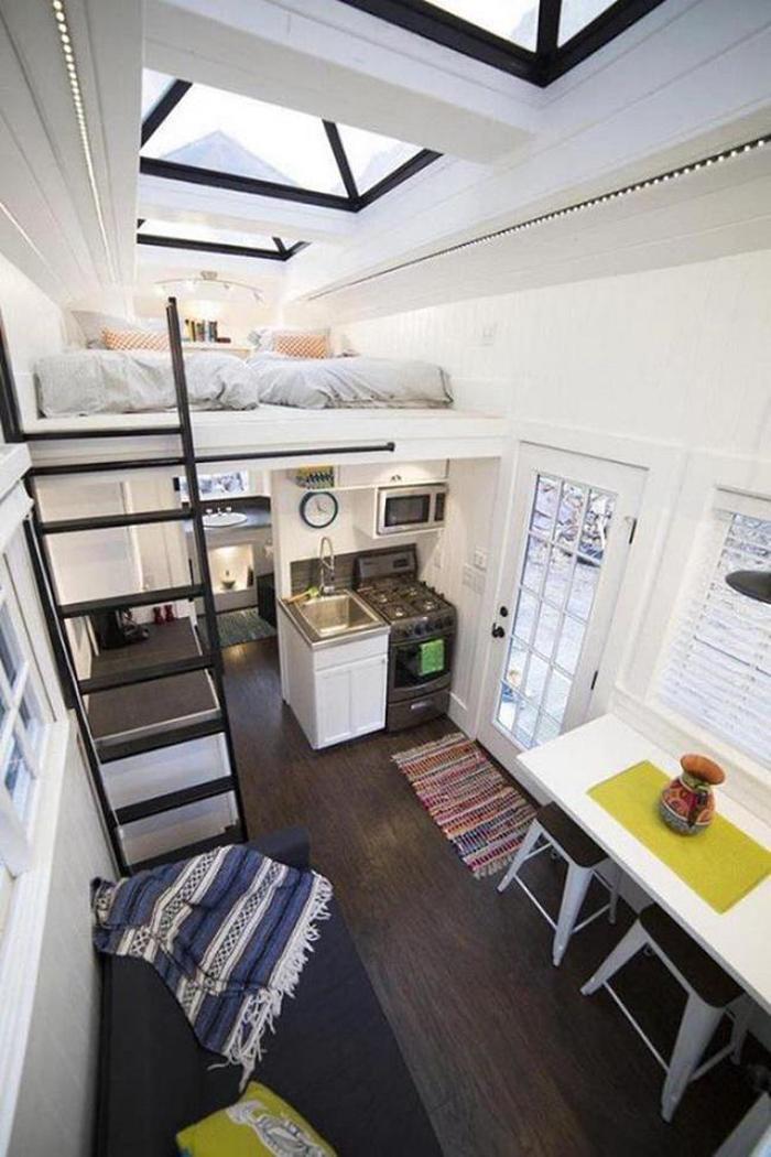 Thiết kế gác lửng rộng có thể kê tới 2 giường ngủ, phù hợp cho gia đình 3-4 người. Ảnh: Archdaily.