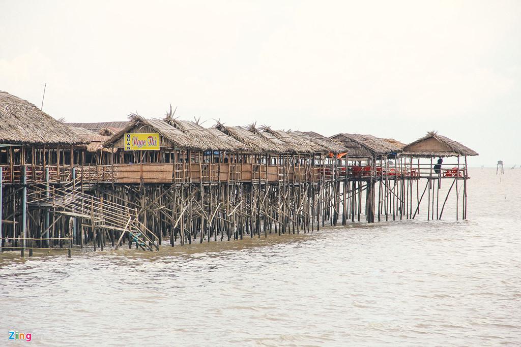 Những nhà hàng bên bờ biển được dựng trên cọc gỗ trông hết sức ấn tượng.