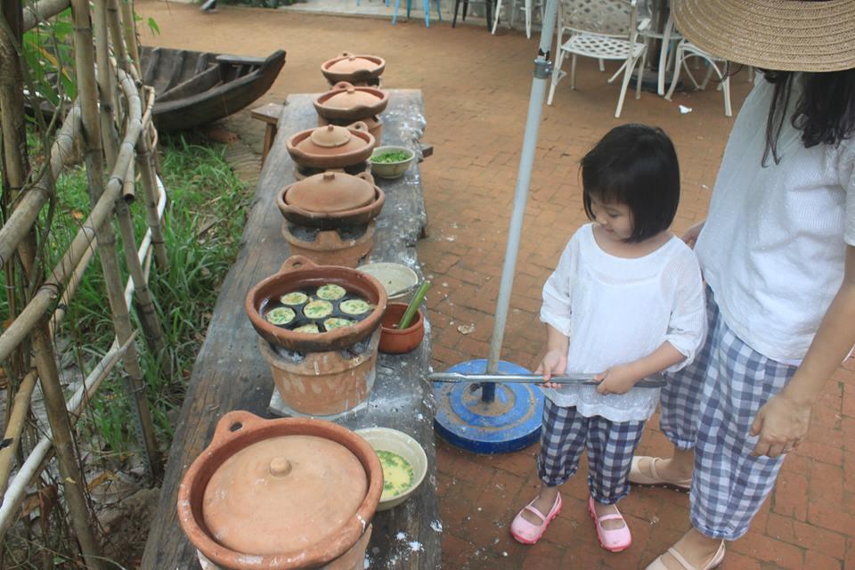 Hào hứng khi được tự tay xay bột đổ bánh khọt, bánh xèo, làm ra những khuôn bánh thơm ngon.