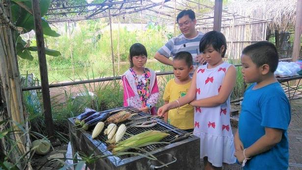 Các nông sản sạch ở đây như rau củ, trứng sau khi thu hoạch sẽ được bán cho cha mẹ muốn mang về nhà chế biến hoặc nông trại có tổ chức nướng thịt, ngô, khoai hay luộc trứng, làm bánh xèo, bún thịt, hái chanh pha nước... bằng chính nông sản thu hoạch ngay tại vườn cho các bé và gia đình thưởng thức.