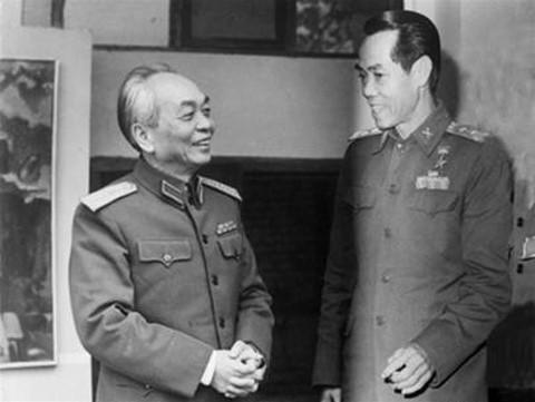 Phạm Xuân Ẩn bên cạnh Đại tướng Võ Nguyên Giáp. Ảnh: MTG.
