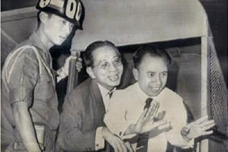 Vũ Ngọc Nhạ (đứng giữa) khi ở Sài Gòn. Ảnh: ĐSPL.