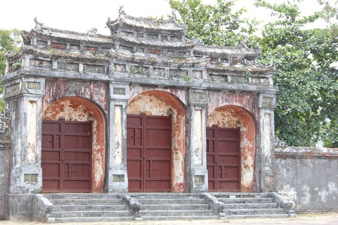 Đại Hồng Môn - Cổng chính của lăng Minh Mạng đã nhuốm màu thời gian