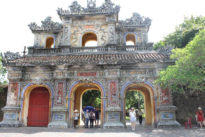Cổng phụ ra – vào đại nội với kiến trúc cổ tinh xảo đẹp mắt