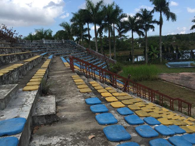 Sân khấu bỏ hoang trong công viên Thủy Tiên
