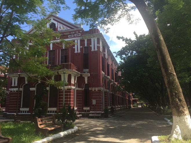 Tọa lạc bên dòng sông thơ mộng, trường được xây dựng dưới thời vua Thành Thái (1896). Tồn tại hơn 100 năm đến nay, trường vẫn giữ được nguyên vẹn nét cổ kính ngày xưa.