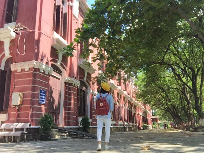 Trường mang đậm kiến trúc đặc trưng của Pháp, màu sắc chủ đạo là màu đỏ sậm. Hoa văn trang trí mang phong cách châu Âu.