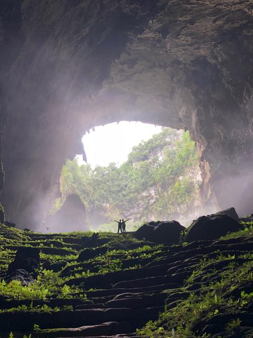 Hai chị em choáng ngợp trước khung cảnh khu rừng mọc lên ngay trong hang.