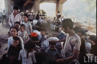 Người dân tản cư sinh sống tạm bợ dưới một gầm cầu ờ Sài Gòn năm 1968. Ảnh: Larry Burrows.