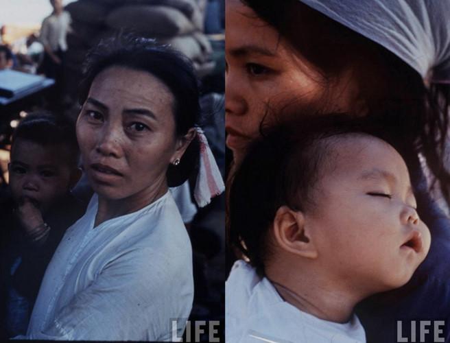 Bà mẹ và đứa con trong đoàn người tản cư.