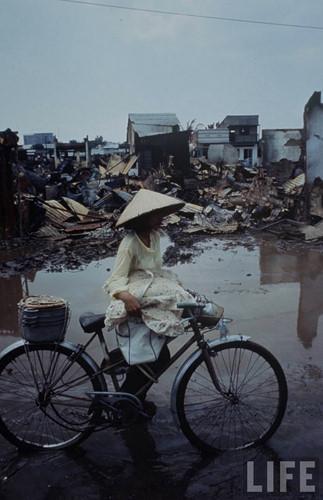Một khu phố đổ nát nhớp nháp bùn đất sau cơn mưa.