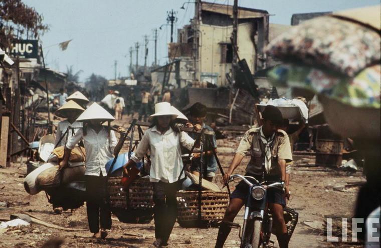 Người dân di tản trở về nhà sau khi chiến sự lắng dịu.