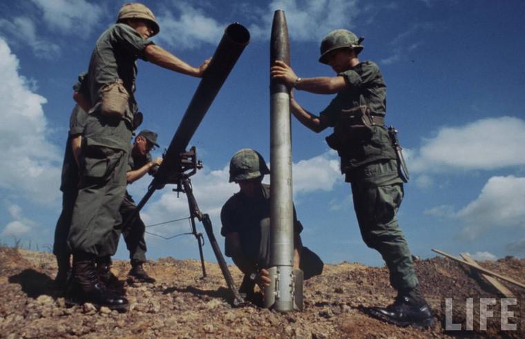 Lính Mỹ tìm hiểu một quả pháo phản lực thu được từ quân đội Giải phóng.