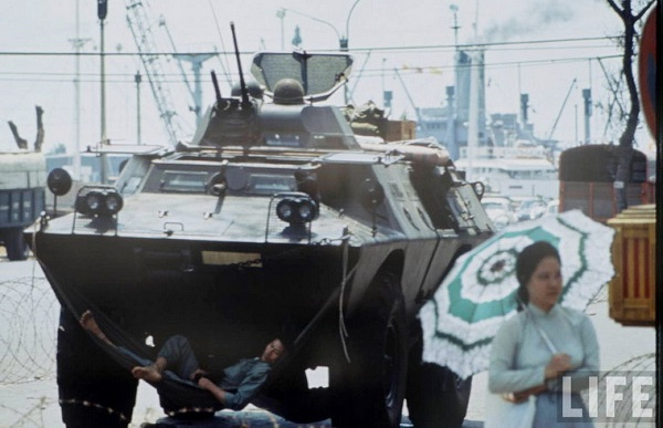 Binh lính mắc võng ngủ trưa trên xe bọc thép ở bến Bạch Đằng, Sài Gòn năm 1968. Sau sự kiện Tết Mậu Thân, an ninh ở Sài Gòn được thắt chặt hơn nhiều lần so với trước đó.