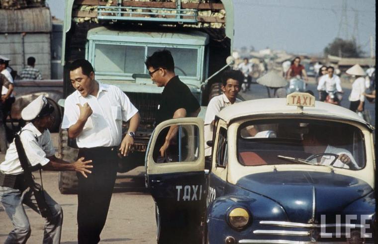 Cảnh sát chặn xe khám xét người trên xa lộ Biên Hòa.