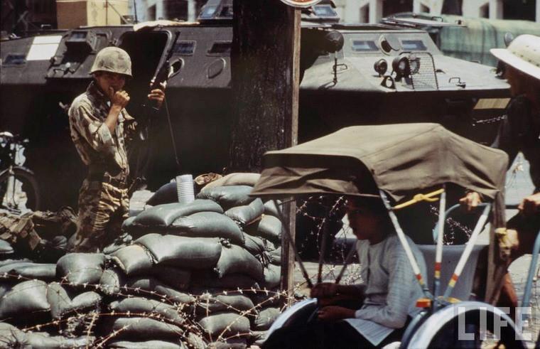 Một chốt gác của quân đội trên đường phố Sài Gòn.