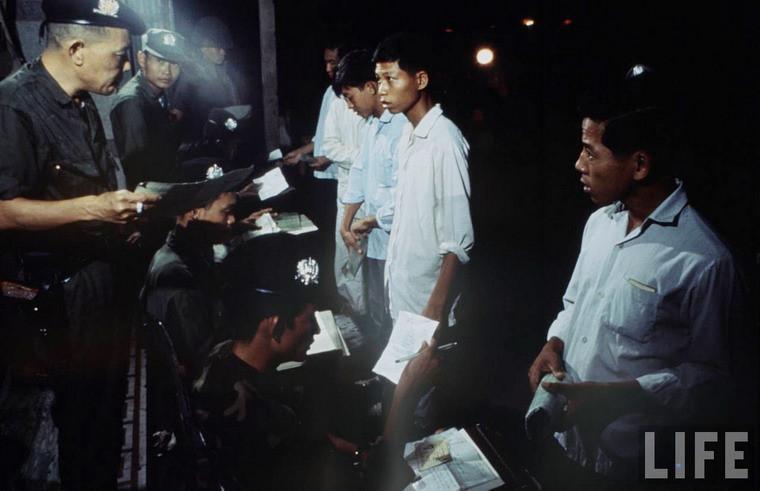 Thanh niên đủ tuổi bị gọi nhập ngũ theo lệnh tổng động viên của chính quyền Sài Gòn.