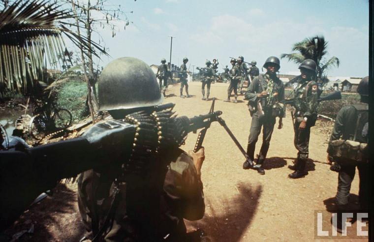 Quân đội Sài Gòn tuần tra gần một cây cầu ở ngoại ô Sài Gòn.