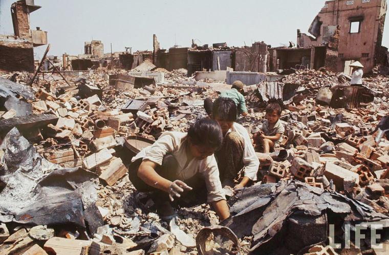 Những khu dân cư đã biến thành gạch vụn ở Sài Gòn trở thành nơi tìm kiếm phế liệu của nhiều người.