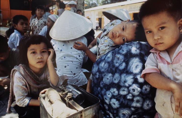 Những người dân mất nhà cửa chờ phân phát đồ cứu trợ.
