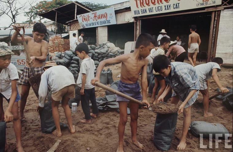 Những đứa trẻ không còn nhà ở Sài Gòn.