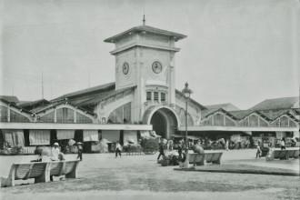 Cận cảnh khu vực cổng chợ. Có thể thấy so với ngày nay, kiến trúc chợ Bến Thành 9 thập niên trước có khá nhiều nét khác biệt. Ảnh: Huunguyenddk.