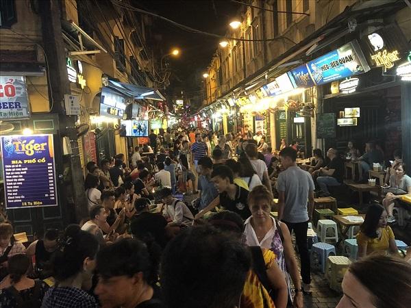 Toàn cảnh tuyến phố Tạ Hiện trong mùa World Cup. Không chỉ cuối tuần, những ngày trong tuần cũng đông nghịt khách Tây. Ảnh: Hà Phương