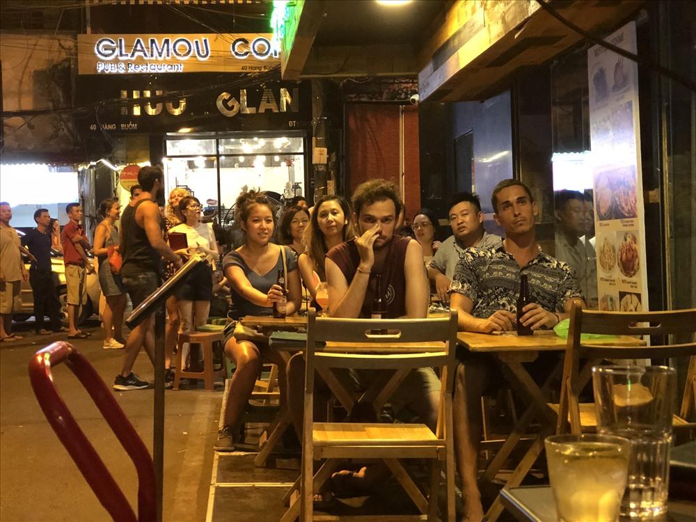 Vào những tối có trận đấu hay, lượng du khách đến Tạ Hiện uống bia, xem bóng càng đông hơn. Ảnh: Hà Phương