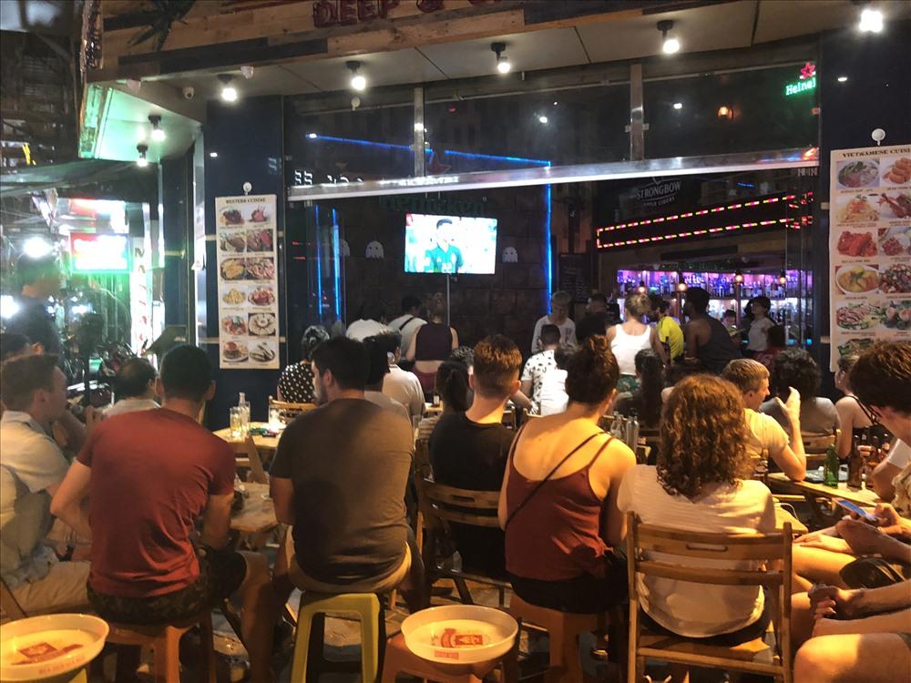 Từ chiều tối đến nửa đêm, du khách nước ngoài vẫn tấp nập tìm đến Tạ Hiện để cùng bạn bè hòa chung không khí World Cup sôi động tại khu phố này. Ảnh: Hà Phương