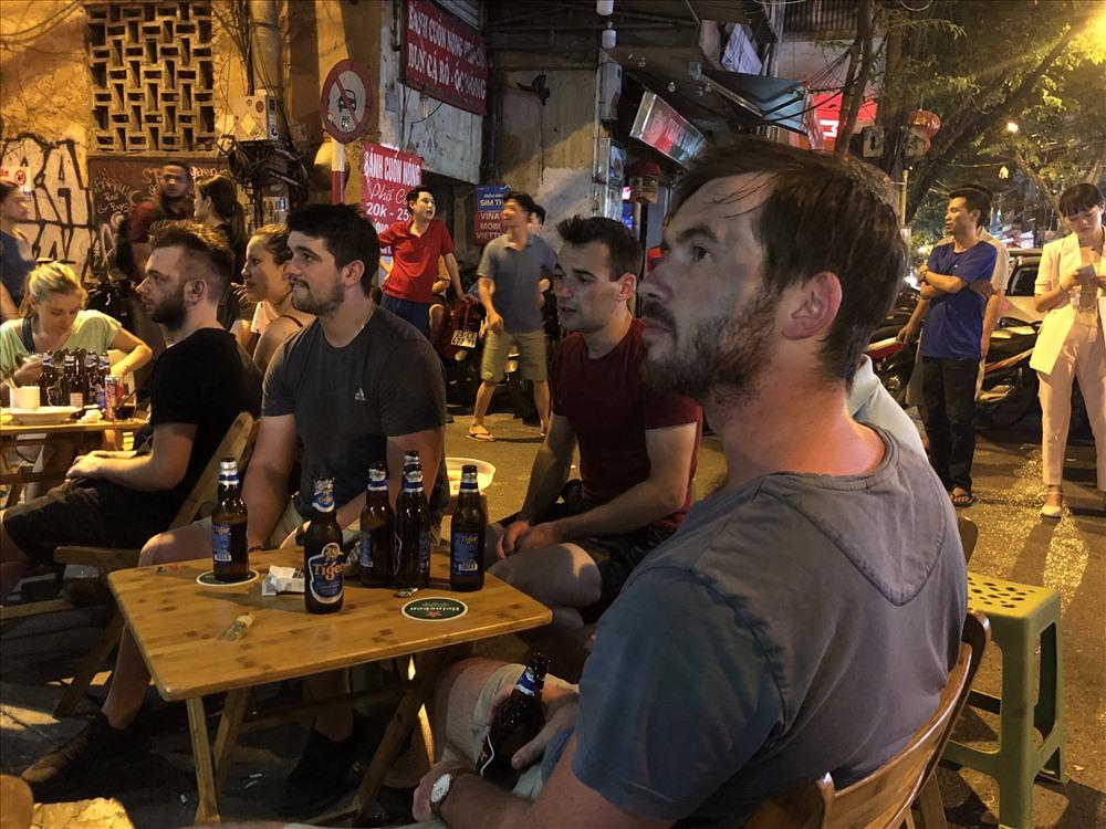Đến Tạ Hiện, anh James (người Canada) không chỉ uống bia và xem bóng đá mà còn muốn thưởng thức không khí World Cup sôi động tại Việt Nam. Ảnh: Hà Phương