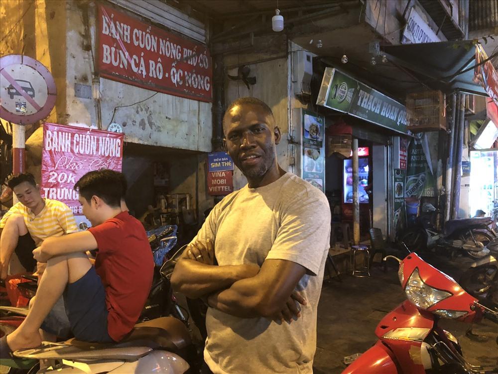 Anh Jonee người Nam Phi đến Việt Nam một mình, đi xem bóng đá một mình, nhưng không hề cảm thấy cô đơn vì bóng đá phá vỡ mọi rào cản về ngôn ngữ và văn hóa. Ảnh: Hà Phương