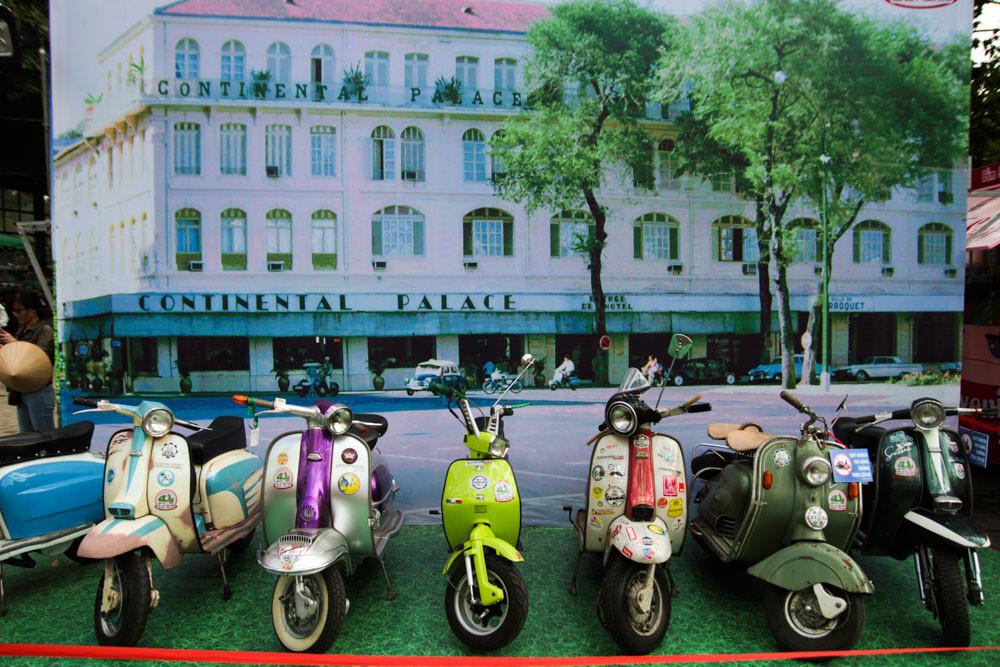 Ngày hội xe cổ Sài Gòn còn trang trí bối cảnh của Sài Gòn xưa để khách tham quan có thể chụp hình và trải nghiệm không khí hoài cổ. Sự kiện diễn ra vào dịp cuối tuần cũng là cơ hội thu hút nhiều du khách hơn, đặc biệt là những người đam mê xe.