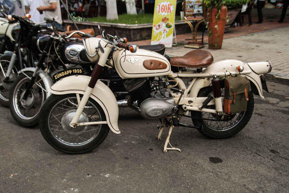 Nhiều mẫu xe độc lạ được trưng bày tại đây. Chiếc Zundapp Trophy đời 1955 là mẫu môtô của thương hiệu Đức, trang bị động cơ 250 cc. Dù có tuổi đời khá cao những mẫu xe này được chủ sở hữu bảo dưỡng tốt nên vẫn giữ được vẻ bóng bẩy.