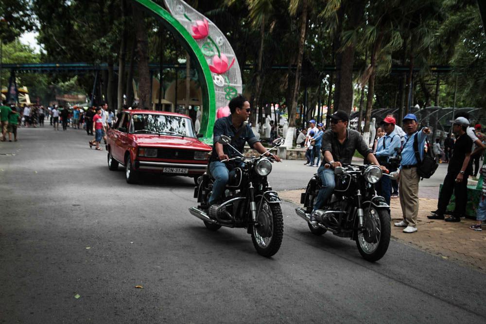 Ngoài việc trưng bày, Ngày hội xe cổ Sài Gòn còn tổ chức diễu hành trong khuôn viên của công viên văn hóa Đầm Sen để khách tham quan có thể chiêm ngưỡng những chiếc xe giá trị, đồng thời góp phần thúc đẩy phong trào chơi xe cổ ngày càng lớn mạnh.