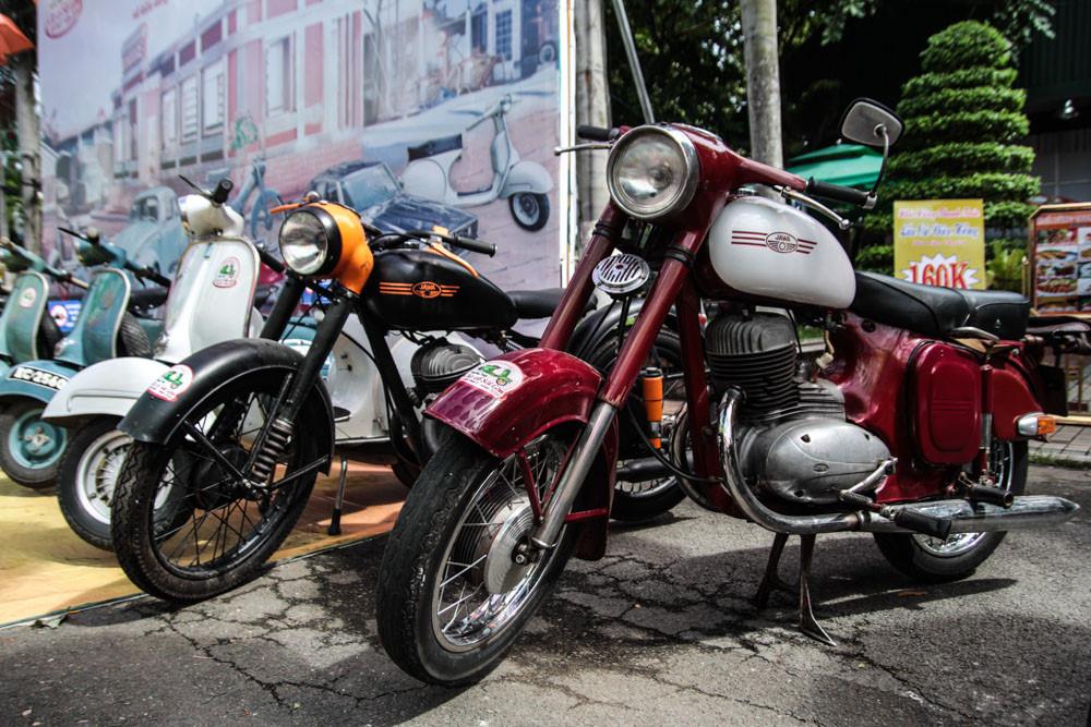 Hai anh em nhà Jawa đứng bên cạnh dàn Vespa cổ. Thương hiệu xe máy đến từ Tiệp Khắc được thành lập vào năm 1929, những mẫu xe thuộc thương hiệu này thu hút giới sưu tầm xe cổ như Jawa 350, Jawa 250, Jawa 90.
