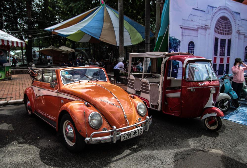 """""""Con bọ"""" Volkswagen Beetle mui trần đời 1958 nổi bật với màu sơn cam. Nét thiết kế sơ khai với đèn pha tròn, thân hình bo tròn là nền tảng cho phong cách thiết kế của những thế hệ xe sau này, đặc biệt là Porsche 911."""