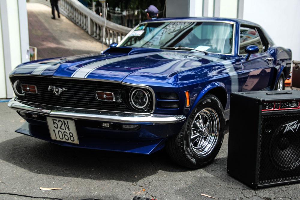 Đàn em Ford Mustang 1970 cũng xuất hiện. Màu sơn xanh dương vẫn còn rất mới cùng sọc Racing đặc trưng. Chiếc xe này được đặt ngay sân khấu chính của triển lãm.