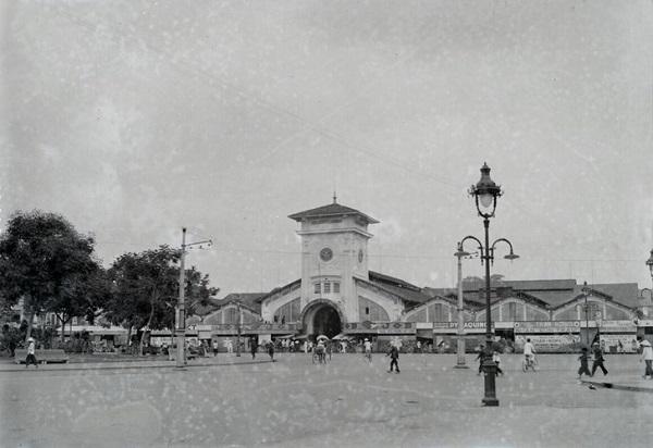 Mặt trước chợ Bến Thành thập niên 1920. Ảnh: Huunguyenddk.